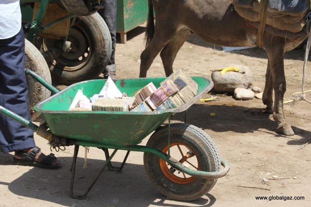Quốc gia nghèo chẳng có gì ngoài tiền, đi chợ mua rau cũng phải mang cả bao tải, chất tiền thành đống - Ảnh 3.