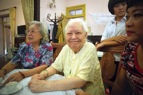 Cụ Hoàng Thị Minh Hồ quây quần bên người thân. Ảnh: báo Gia đình và xã hội