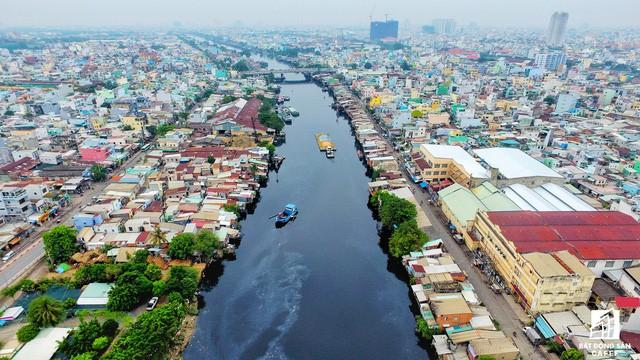Toàn cảnh nhà ổ chuột ven kênh rạch Sài Gòn nhìn từ trên cao, cần tới 50.000 tỷ đồng để giải tỏa lấy đất phát triển đô thị - Ảnh 3.