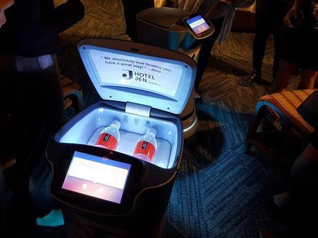 Trải nghiệm sự phục vụ chu đáo của robot tại khách sạn hạng sang ở Singapore  - Ảnh 3.