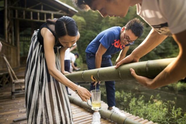 Đổ cả ngàn lít rượu vào thân cây tre, thanh niên trẻ thu về lãi lớn - Ảnh 3.