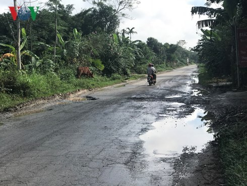 Người tham gia giao thông lái xe như làm xiếc trên những đoạn đường hư hỏng không được sửa chữa trên QL8.