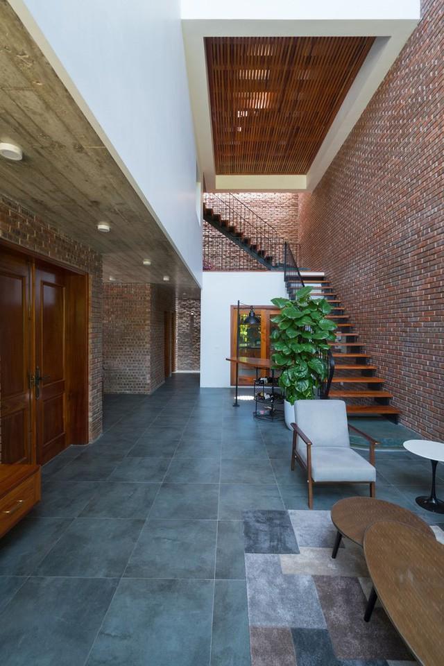 Công trình có tên Nhà V3, với lối xây dựng kiểu thoáng đãng và rộng rãi. Bước vào bên trong ngôi nhà con người có cảm giác như đang đi vào một hang động tĩnh lặng và yên bình.