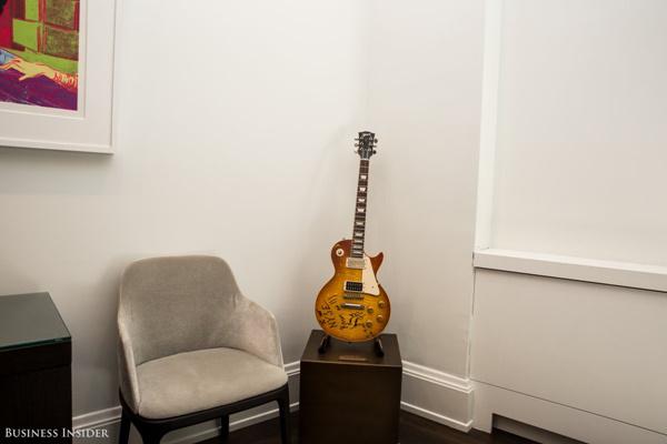 Được trưng bày thêm trong phòng hội nghị là chiếc đàn guitar Jimmy Page của Led Zeppelin, từng chơi tại sàn giao dịch khi Warner Music Group ra mắt vào năm 2005.