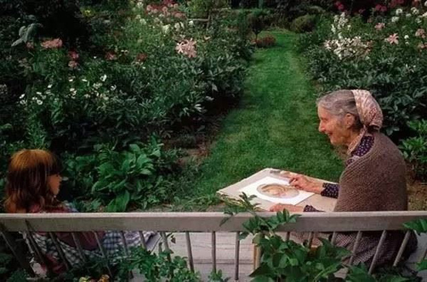 Lũ trẻ rất thích ngồi cùng chuyện trò với bà trong khu vườn đầy hoa thơm và đẹp như mơ.