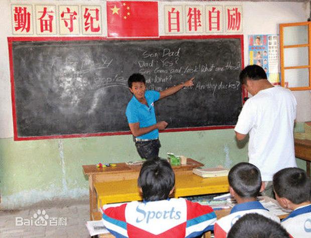 Những hình ảnh giản dị của Cổ Thiên Lạc tại các ngôi trường miền núi mà anh xây dựng