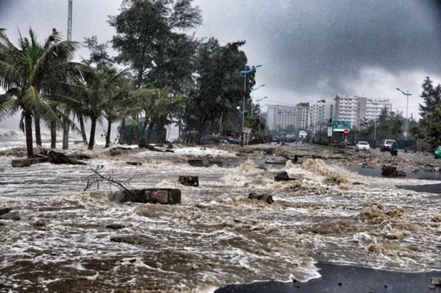 [ẢNH] Bão số 10 vào bờ: Bãi biển Sầm Sơn tan hoang trong sóng dữ - Ảnh 25.