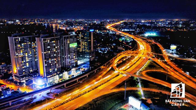 Ảnh: Nhiều cao ốc, khu đô thị mới rực rỡ về đêm khiến trung tâm Sài Gòn đẹp lung linh, huyền ảo - Ảnh 26.