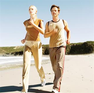 Thói quen đi bộ hằng ngày sẽ giúp bạn tránh xa nguy cơ thừa cân và tiểu đường. (Ảnh minh họa).