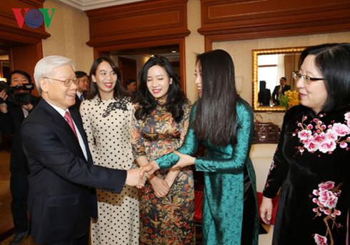 Tổng Bí thư Nguyễn Phú Trọng gặp gỡ cán bộ Tổng Lãnh sự quán Việt Nam tại Thượng Hải.