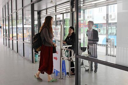 Buýt nhanh BRT đông khách ngày đầu thu phí - Ảnh 4.
