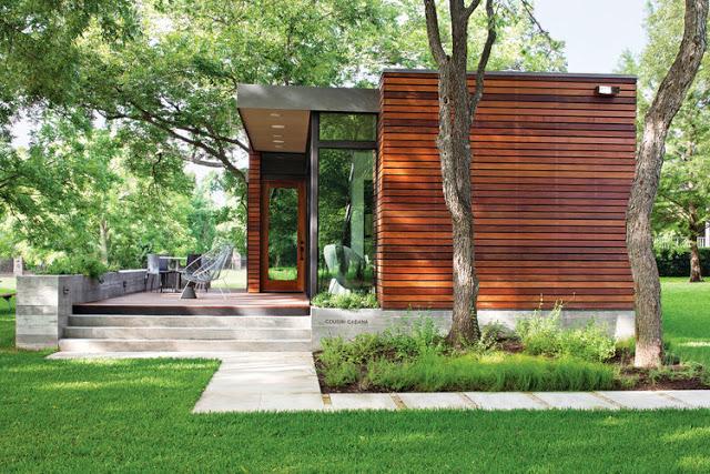 Khoảng diện tích phía trước ngôi nhà được thiết kế khá ấn tượng với hệ thống sân ốp gỗ. Đây là không gian nghỉ ngơi ngắm cảnh ngoài trời lý tưởng cho chủ nhà.