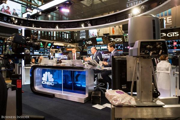 Ngay sau khi phiên giao dịch được mở cửa, chương trình Squawk on the Street của đài CNBC cũng bắt đầu được lên sóng