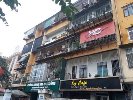 Hàng loạt căn hộ bị vây kín bởi lưới sắt chống trộm