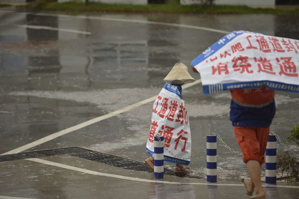 Câu chuyện cảm động phía sau hình ảnh bé gái quàng bạt một mình đi dưới trời mưa - Ảnh 4.