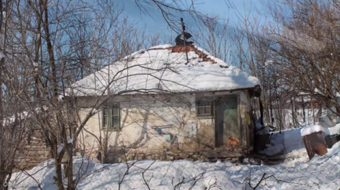 Ngôi nhà nhỏ bé, xơ xác của bà cụ neo đơn.
