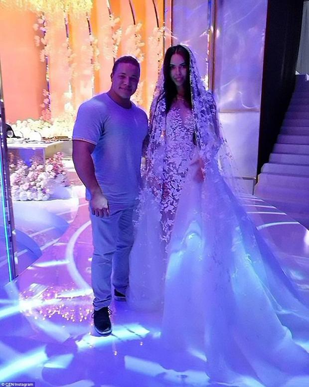 Cô dâu đã khoác lên người 2 bộ váy cưới lộng lẫy, kiêu sa.