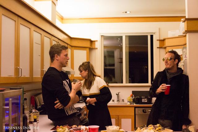 Gardner với những doanh nhân khác tại bếp ăn Crypto Castle