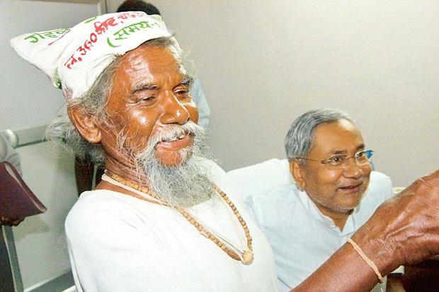Ông Dashrath Manjhi ở thời điểm trước khi qua đời năm 2007, thọ 73 tuổi. Lễ tang của ông đã được chính quyền địa phương tổ chức trọng thể.