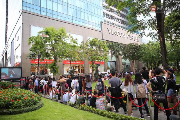 H&M khai trương: 11h mới mở cửa mà từ 9h sáng dân tình đã đội nắng xếp hàng dài dằng dặc bên ngoài chờ đợi - Ảnh 4.