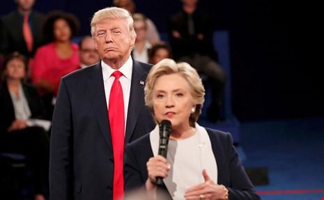Tác động nào sẽ xảy ra khi đưa bức hình của bà Clinton cho Tổng thống Donald Trump?
