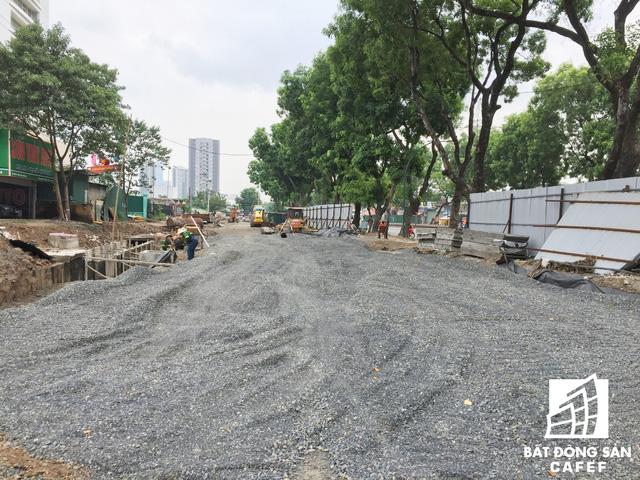 Cận cảnh tuyến đường 5km được mở rộng gấp đôi khiến hàng nghìn người mua nhà khu Tây Bắc Hà Nội mong ngóng - Ảnh 4.