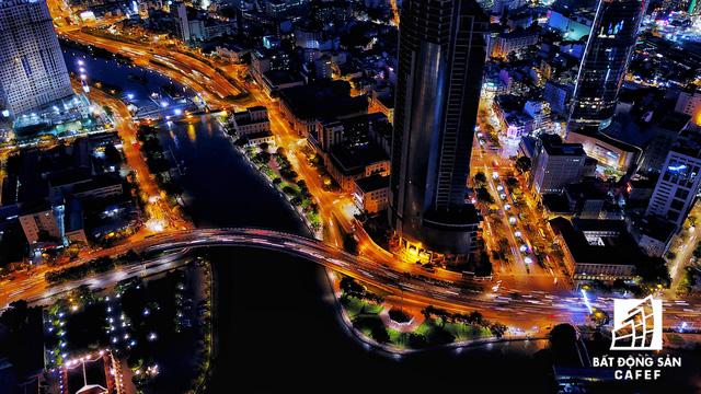 Ảnh: Nhiều cao ốc, khu đô thị mới rực rỡ về đêm khiến trung tâm Sài Gòn đẹp lung linh, huyền ảo - Ảnh 4.