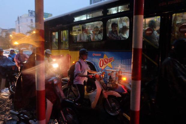 Chùm ảnh: Ảnh hưởng của bão số 10, người Hà Nội vội vã về nhà trong cơn mưa lớn - Ảnh 4.