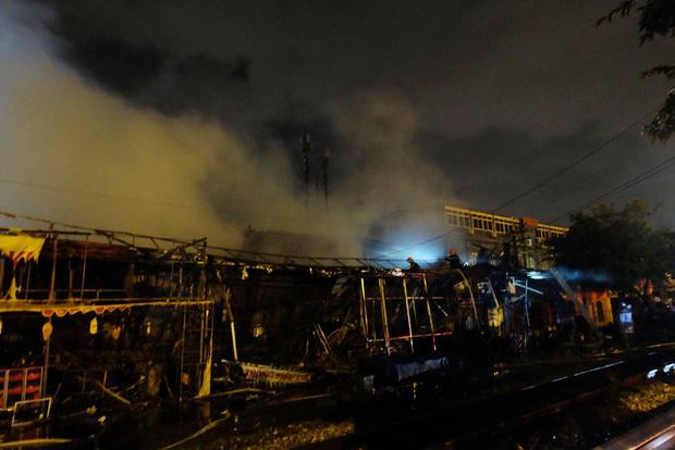 Toàn bộ hàng hóa bị thiêu rụi, tan hoang sau vụ cháy lớn tại siêu thị ở Hà Nội - Ảnh 4.