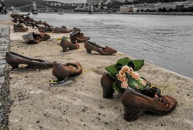 Nhìn thấy hơn 60 đôi giày bên dòng sông Danube ở Hungary, nhiều người bật khóc khi biết câu chuyện ám ảnh phía sau - Ảnh 4.