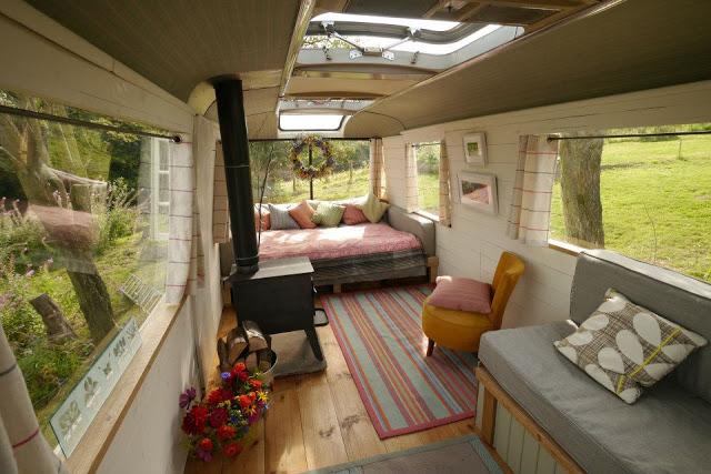 Ngôi nhà di động sang chảnh được làm từ chiếc xe buýt cũ của cô nàng độc thân - Ảnh 4.