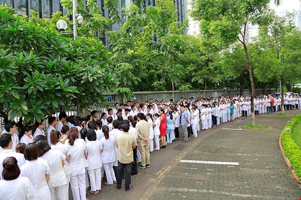 Rất đông người xếp hàng dài trong giờ phút chia tay Giáo sư về nghỉ hưu. Ảnh: Viện Huyết học - Truyền máu Trung ương