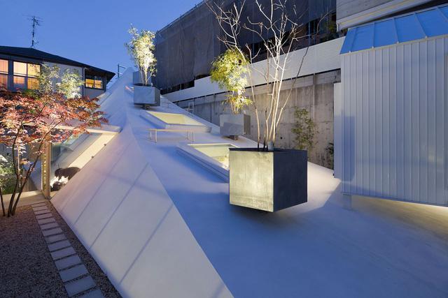 Ngắm ngôi nhà độc, lạ hệt như tảng băng trôi ở Nhật - Ảnh 4.