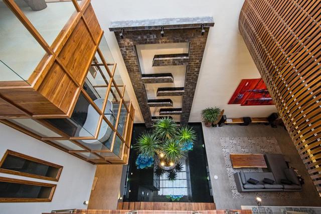 Người nhìn sẽ bị choáng ngợp bởi một không gian sống được thiết kế độc đáo với giếng trời lớn, thiết kế cửa kéo, mang ánh nắng tự nhiên chan hòa khắp không gian bên trong ngôi nhà.