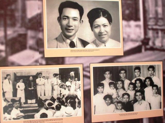 Vợ chồng ông Trịnh Văn Bô và bà Hoàng Thị Minh Hồ và các hoạt động thời trẻ (Ảnh chụp lại tại triển lãm 48 Hàng Ngang) . Ảnh: Gia Đình & Xã Hội.