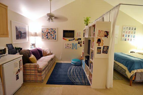 Nếu muốn có sự riêng tư cho căn phòng của mình, bạn có thể đặt một giá sách lớn giữa nơi nghỉ ngơi và sinh hoạt, bếp núc. Chiếc kệ này không chỉ đựng sách mà còn là nơi lưu trữ đồ lưu niệm và những thứ đồ nhỏ xinh khác, nhờ đó nơi ở của bạn sẽ gọn gàng hơn nhiều.