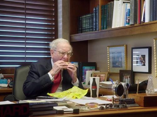 """""""Tôi thực sự rất hạnh phúc. Và bạn biết không, dẫu có 100.000 USD một năm thì tôi vẫn hạnh phúc như bây giờ mà thôi"""", Buffett trả lời phỏng vấn trên PBS Newshour."""