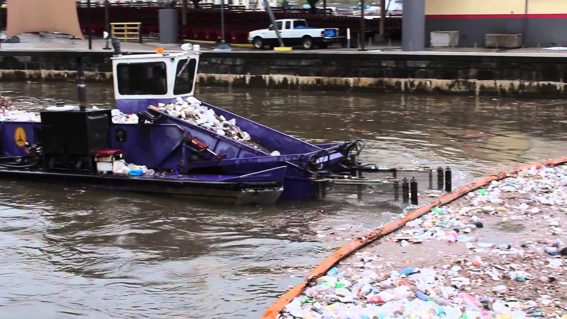 Bằng chiếc thuyền tự chế này, người dân Ấn Độ đã dọn sạch rác trên sông hồ: Chi phí thấp, 1 người lái là đủ