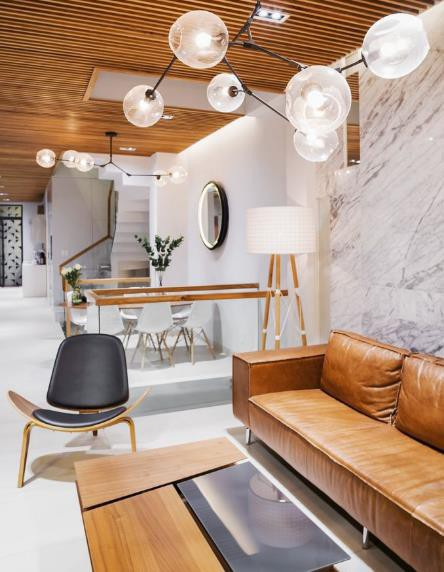 Lấy tông màu trắng làm chủ đạo kết hợp hài hòa với nội thất gỗ khiến không gian vừa rộng thoáng nhưng cũng rất ấm cúng và sang trọng.