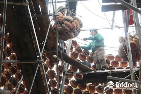 Độc đáo cây thông Noel được làm bằng hàng nghìn chiếc nồi đất - Ảnh 4.
