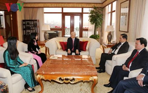 Tổng Bí thư trò chuyện với cán bộ Tổng Lãnh sự quán Việt Nam tại Thượng Hải.
