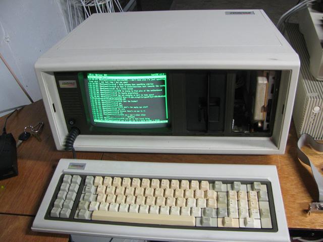 Compaq, tên tuổi thống trị thị trường PC sau này cũng thành công chỉ là nhờ sao chép chiếc IBM PC.