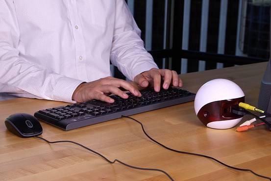 Khi đặt trên bàn, Endless trông giống như một chiếc loa nhỏ hơn là một chiếc PC