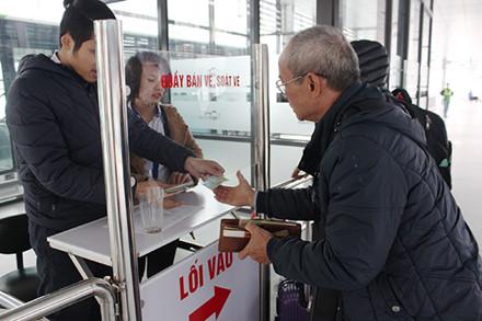 Buýt nhanh BRT đông khách ngày đầu thu phí - Ảnh 5.