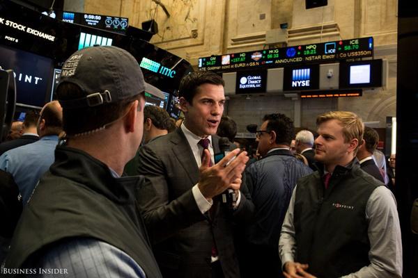Chủ tịch NYSE (New York Stock Exchange) – Tom Farley cũng có mặt trên sàn, đưa ra lời chúc mừng với Five Points và trả lời phỏng vấn của báo giới.