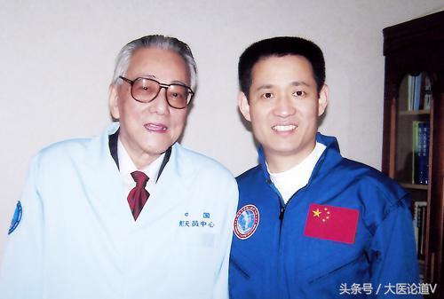 Giáo sư Chi chụp ảnh cùng một phi hành gia tại Trung tâm Nghiên cứu Vũ trụ Trung Quốc.