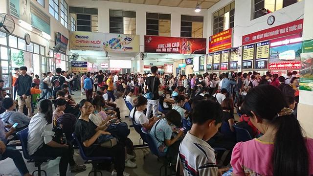 Hà Nội: Tắc khắp ngả, đông nghẹt bến xe trước nghỉ lễ - Ảnh 5.