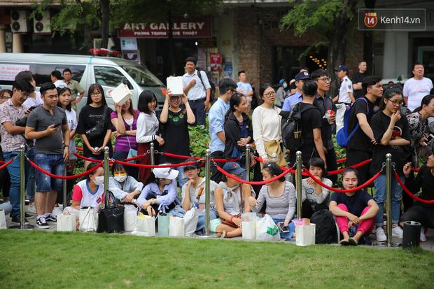 H&M khai trương: 11h mới mở cửa mà từ 9h sáng dân tình đã đội nắng xếp hàng dài dằng dặc bên ngoài chờ đợi - Ảnh 5.