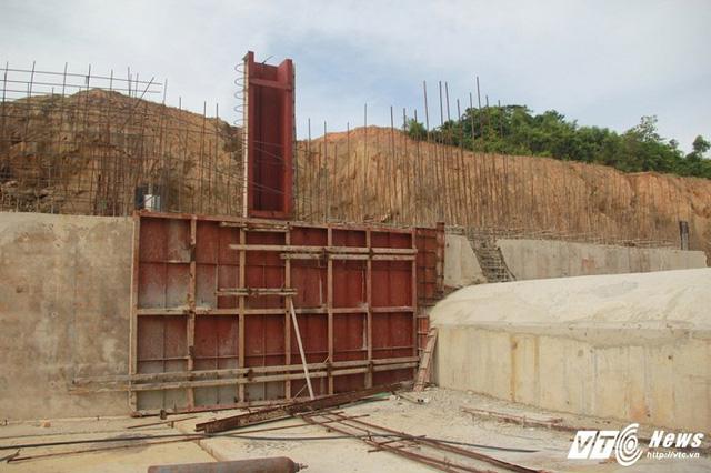 Cận cảnh dự án cấp nước đội vốn 2.500 tỷ đồng nằm 'đắp chiếu', sắt thép hoen gỉ - Ảnh 5.