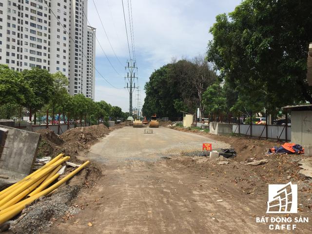 Cận cảnh tuyến đường 5km được mở rộng gấp đôi khiến hàng nghìn người mua nhà khu Tây Bắc Hà Nội mong ngóng - Ảnh 5.